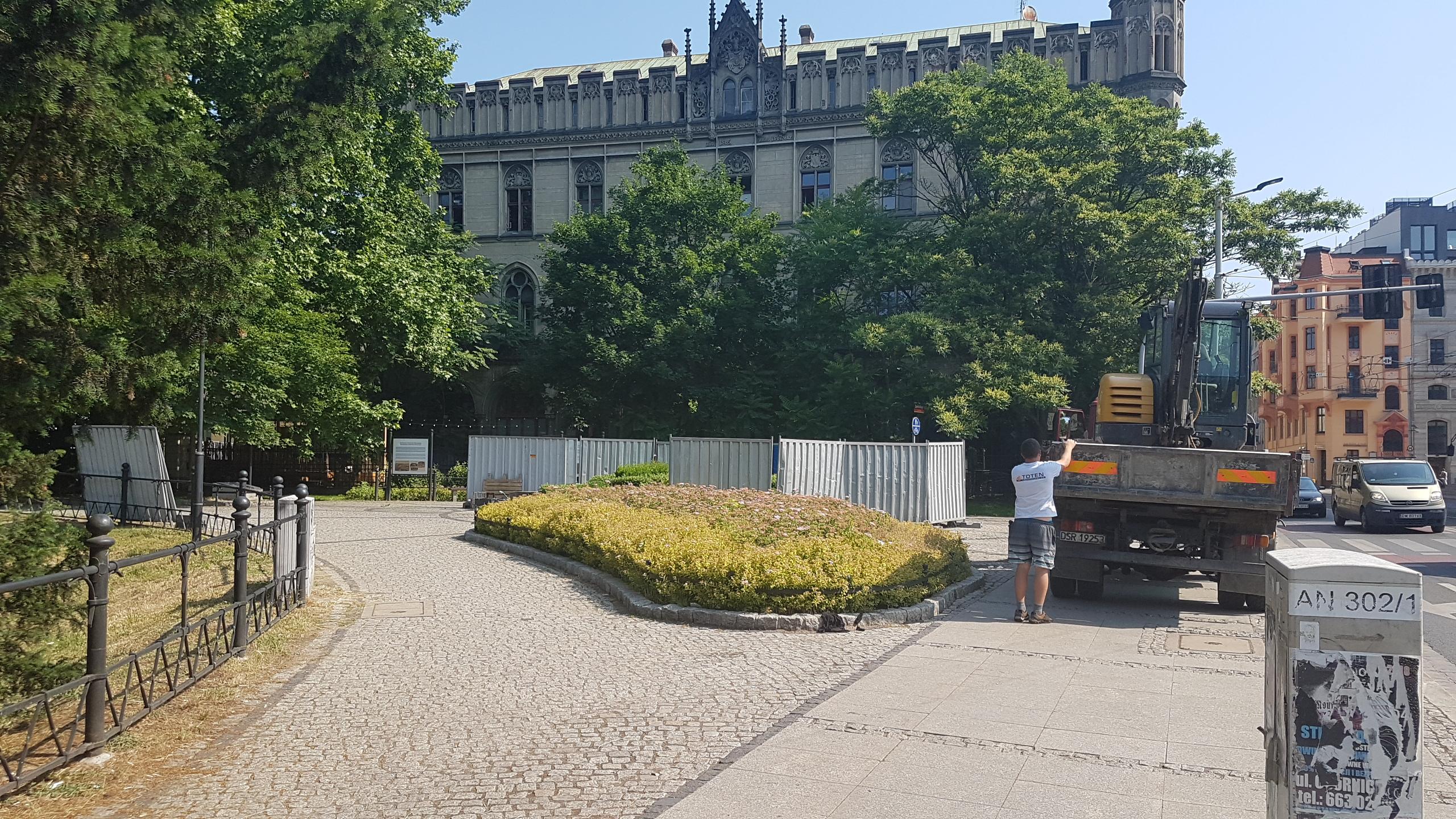 Dziś rozpoczynamy montaż pomnika. Prace ziemne, przygotowanie fundamentu, doprowadzenie instalacji elektrycznej pod oświetlenie